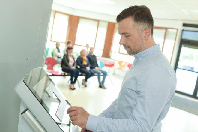 Patienten-Self-Services im Krankenhaus: Über Terminals melden sich Patienten selbst an und verringern dadurch ihre Wartezeit.
